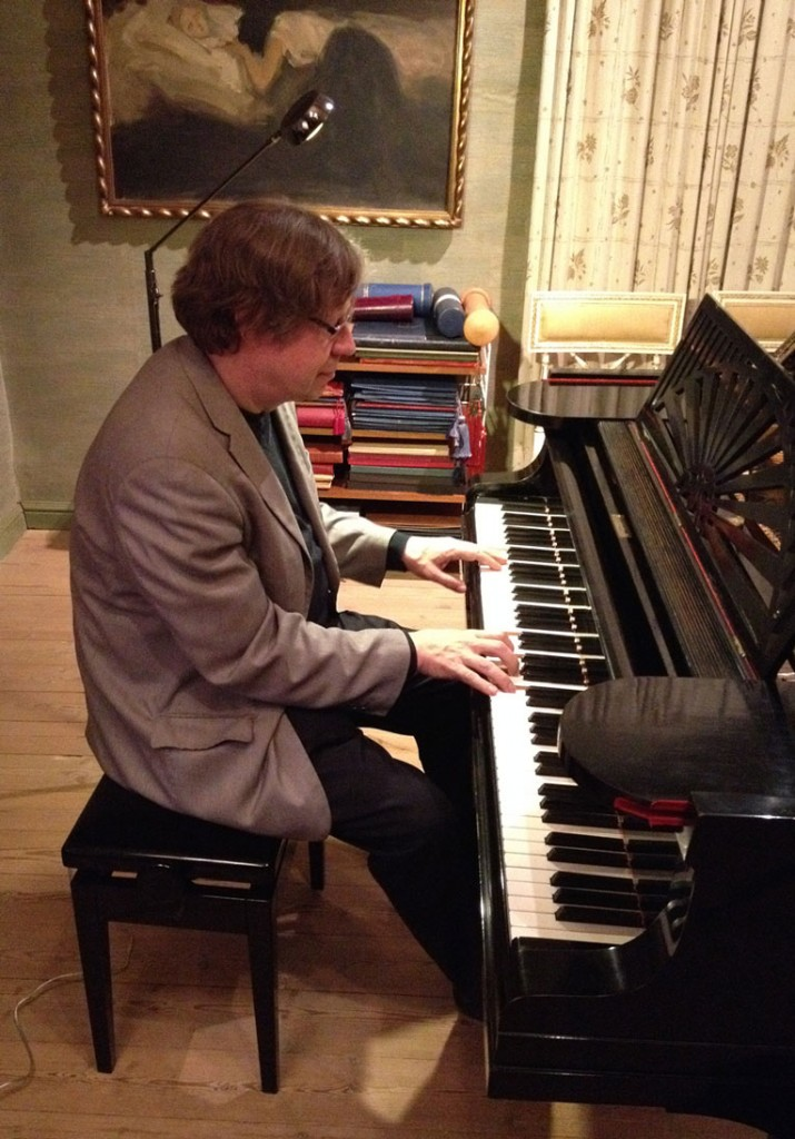 Folke Gräsbeck playing Sibelius's piano at Ainola