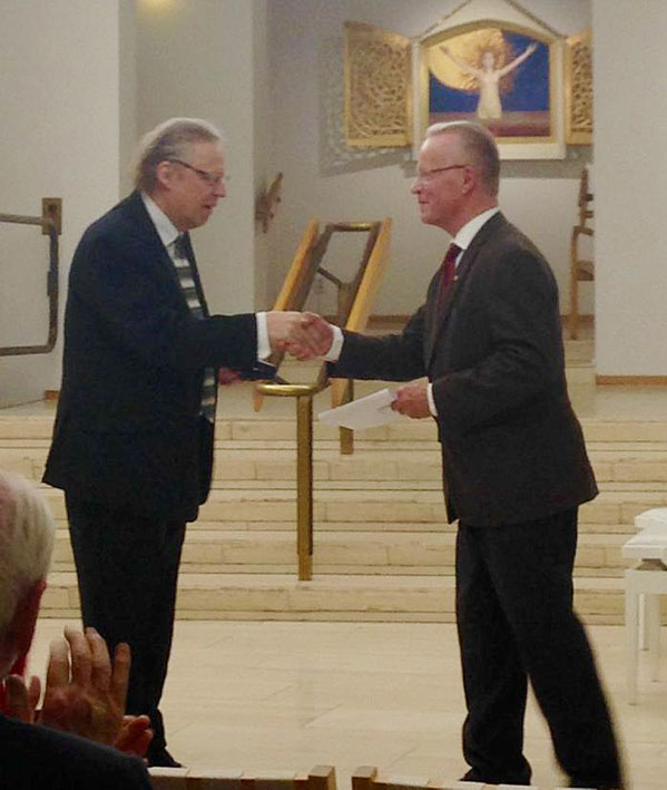 Folke Gräsbeck receiving the Sibelius Medal from Lauri Tarasti. Photo: © Miikka Maunula