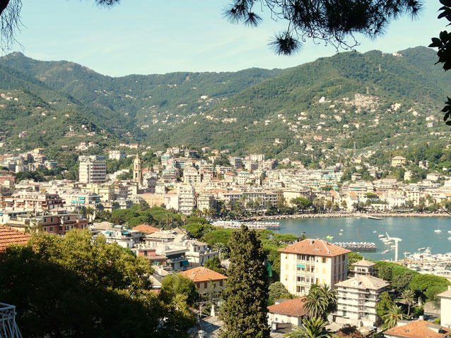 Summer view of Rapallo (Panorama estivo di Rapallo, Liguria, Italia), 2008. Photo: © Davide Papalini / ShareAlike 3.0