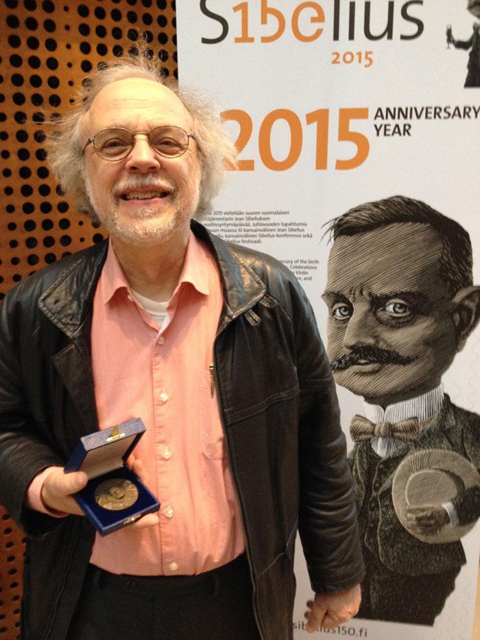 Pekka Helasvuo holding the Sibelius Medal (photo: © Sibelius One)