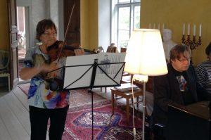 Satu Jalas and Folke Gräsbeck rehearsing at Korpo gård